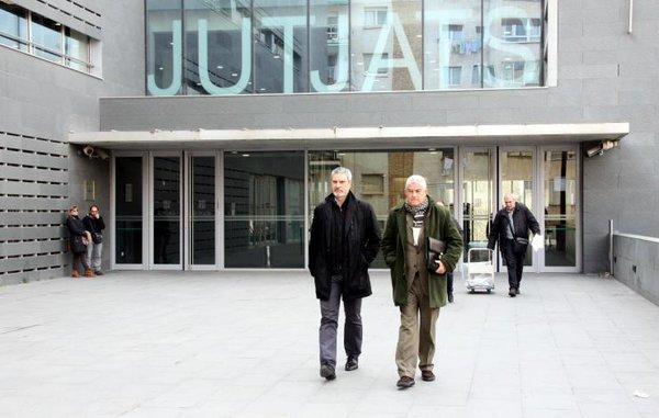 L'expresident de SCC Josep Ramon Bosch surt dels jutjats de Manresa acompanyat pel seu advocat, Josep Maria Fuster-Fabra