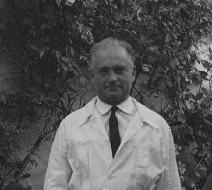 Francesc Dalmau Norat amb bata de metge, 1965