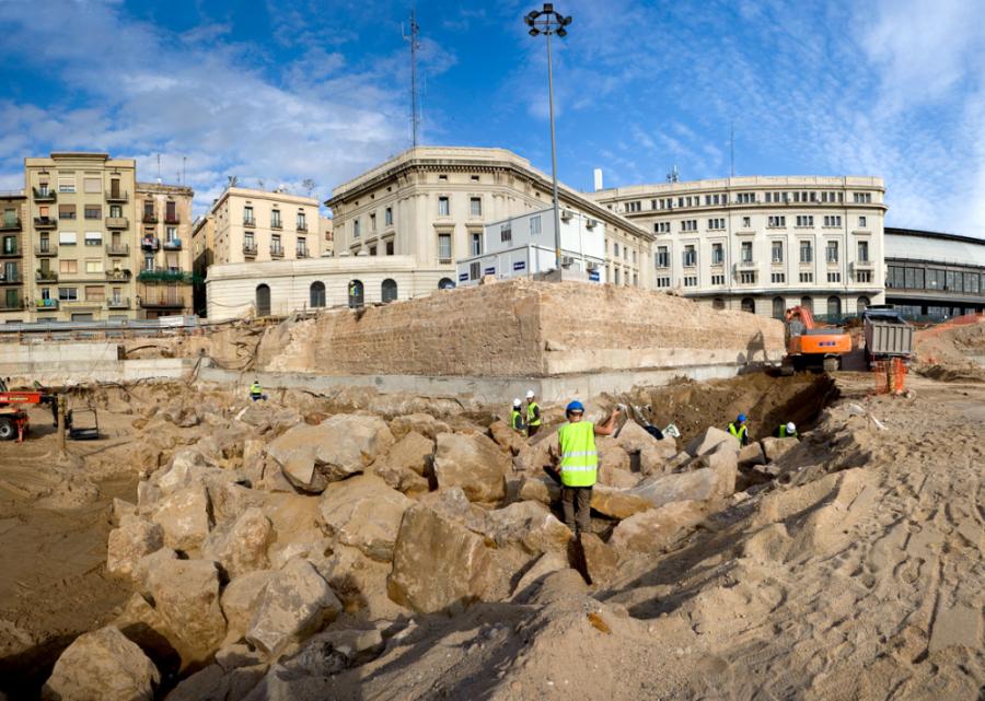 L'escullera del segle XV en procés d'excavació i el baluard de Migdia (Foto Pere Vives - ICUB)