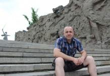 """Àngel Font davant del monument de """"La mare pàtria us crida"""", Volgograd"""