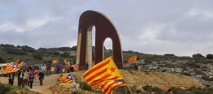 La Porta dels Països Catalans, obra de l'escultor Emili Armengol, marca l'inici dels Països Catalans a Salses (Catalunya del Nord)