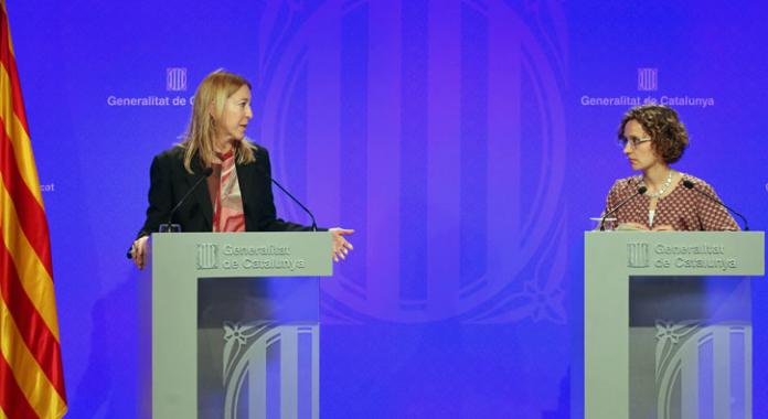 Neus Munté amb la consellera d'Ensenyament, Meritxell Ruiz, durant la roda de premsa celebrada després de la reunió del Govern
