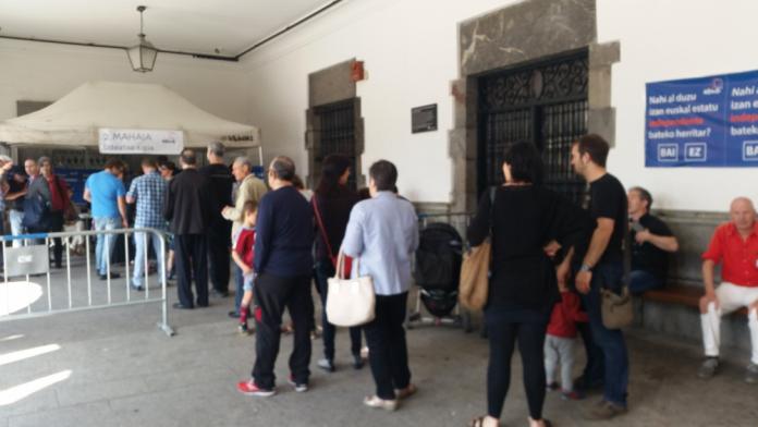 Ciutadans fent cua a Azpeitia per anar a votar en la consulta popular per la independència (Fotografia: Elisenda Paluzie)