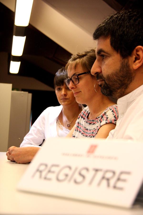 Els diputats de la CUP i JxSí, al registre del Parlament, presentant el projecte de llei que regula l'Agència de Protecció Social. | Junts pel Sí