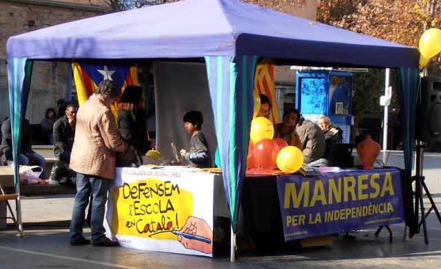 Parada de l'ANC a Manresa on es podia signar per la campanya Escola en Català