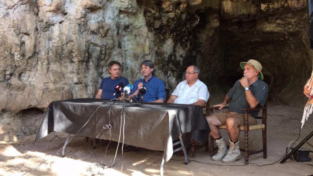 Les troballes s'han presentat a les Coves del Toll en roda de premsa. D'esquerra a dreta: Jordi Rosell, codirector de les excavacions; l'alcalde de Moià, Dionís Guiteras; el director de l'IPHES, Robert Sala, i l'arqueòleg Eudald Carbonell, membre d'aquest centre de recerca - IPHES