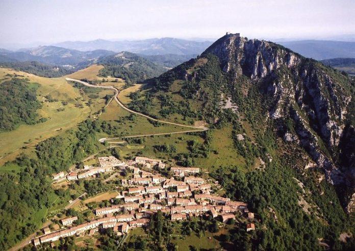 El poble de Montsegur i, al cim de la muntanya, el castell homònim, símbol del país càtar