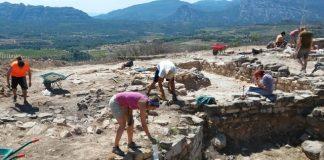 Treballs d'excavació al jaciment durant la campanya del 2015. Foto: M. Carme Belarte