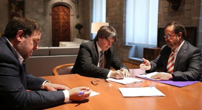 El president i el vicepresident reben la notificació del Constitucional de mans de dos secretaris judicials del TSJC
