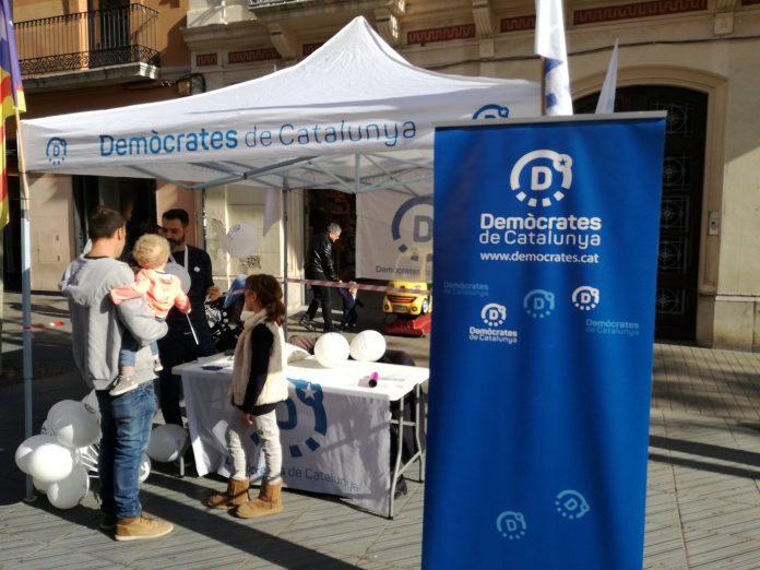 La parada informativa de Demòcrates a Vilanova i la Geltrú   Demòcrates Garraf