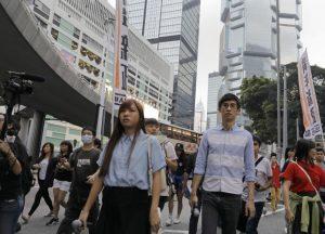 Els diputats Yau Wai-ching (esquerra) i Sixtus Leunges s'han manifestat junt a milers de manifestants al centre de Hong Kong