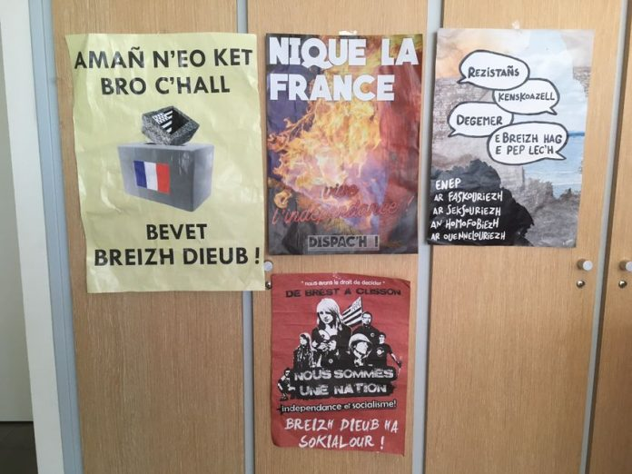 Alguns dels cartells independentistes apareguts a la Bretanya | Mairie Locmélar