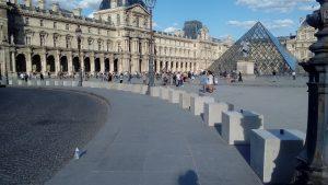 Barrera de pilones davant del Louvre a París