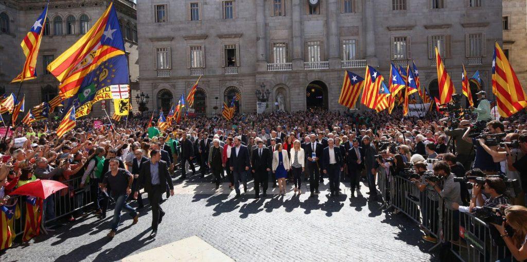 Concentració a Plaça Sant Jaume amb ciutadans i càrrecs polítics | AMI