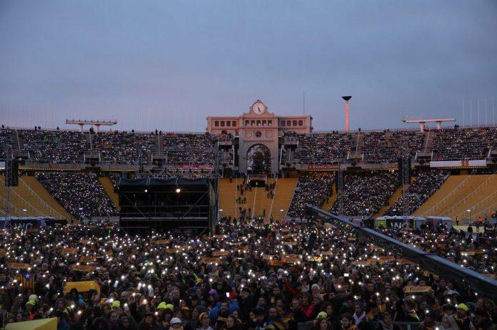 Un dels moments on el públic va encendre el llum del mòbil | Assemblea Nacional Catalana
