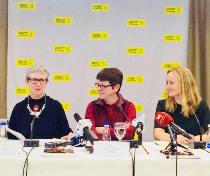 Roda de premsa d'Aministia Internacional a Pristina, a la dreta Gauri van Gulik | Aministia Internacional