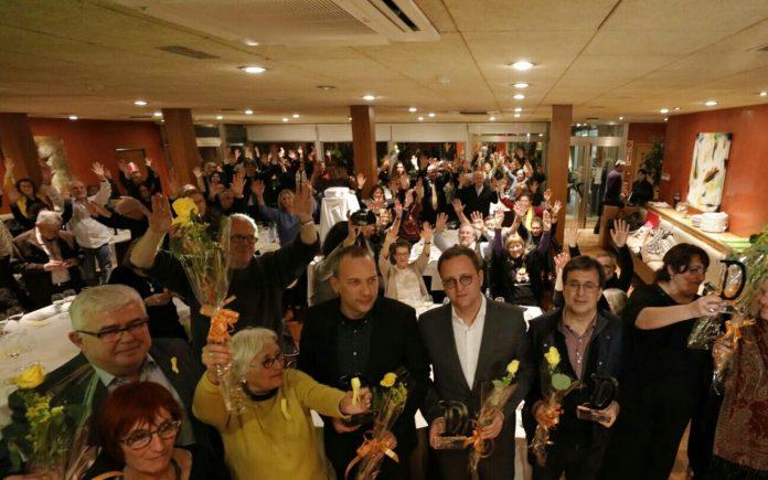 Mostra els premiats Francesc Cano (Catalunya Ràdio), David Bassa (TV3), Carlos E. Bayo (Público) i Patricia López (Público) amb Agustí Alcoberro (ANC) i Margarita Barjau i Pilar Rebaque (Comissió de la Dignitat). | Lluís Brunet