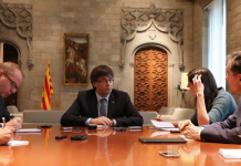 Carles Puigdemont amb els corresponsals estrangers el divendres, en un moment de l'entrevista (Autor: Rubén Moreno)