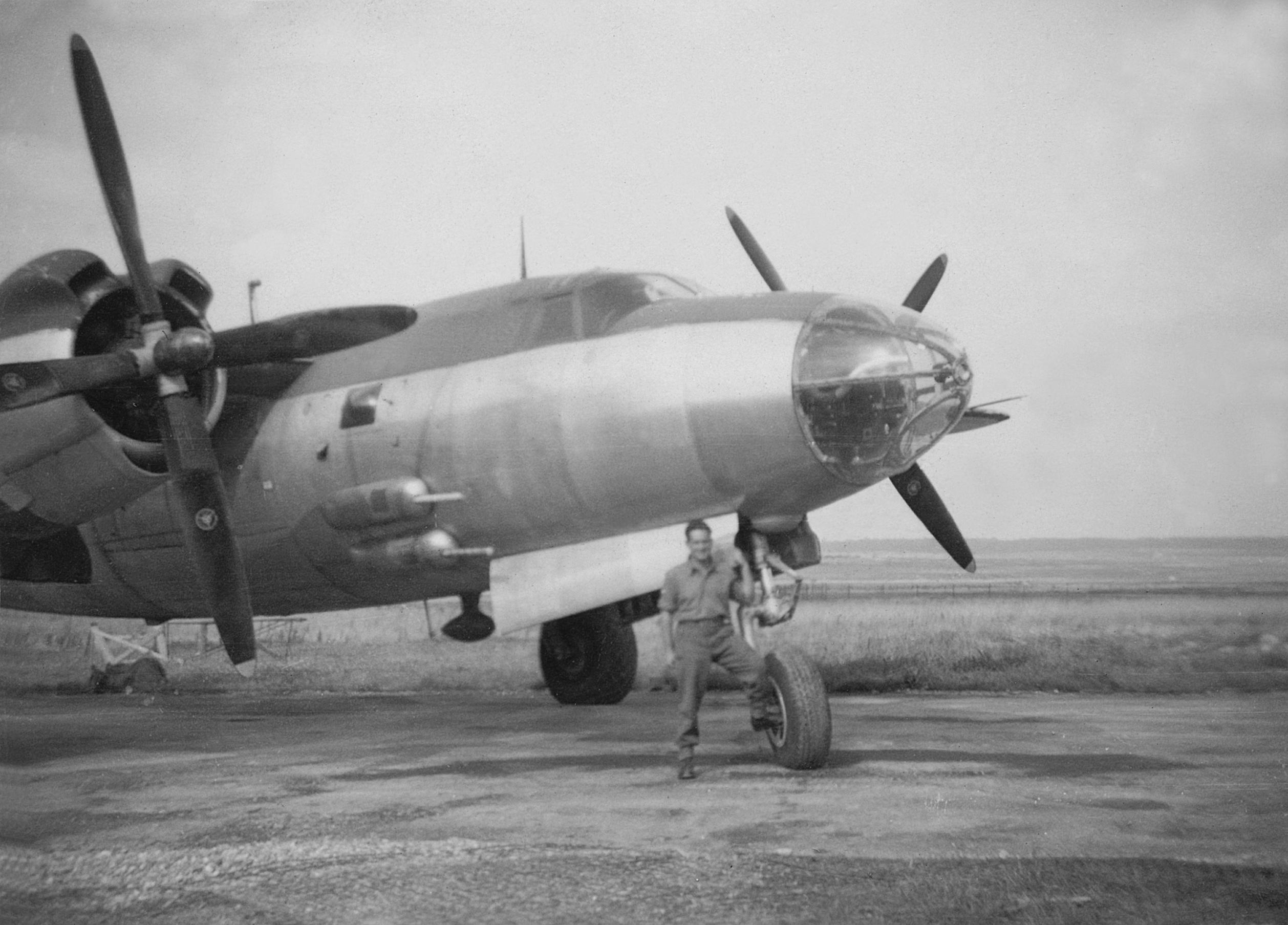 Francesc Dalmau amb un avi__ de les forces aliades. 1945. ADAM