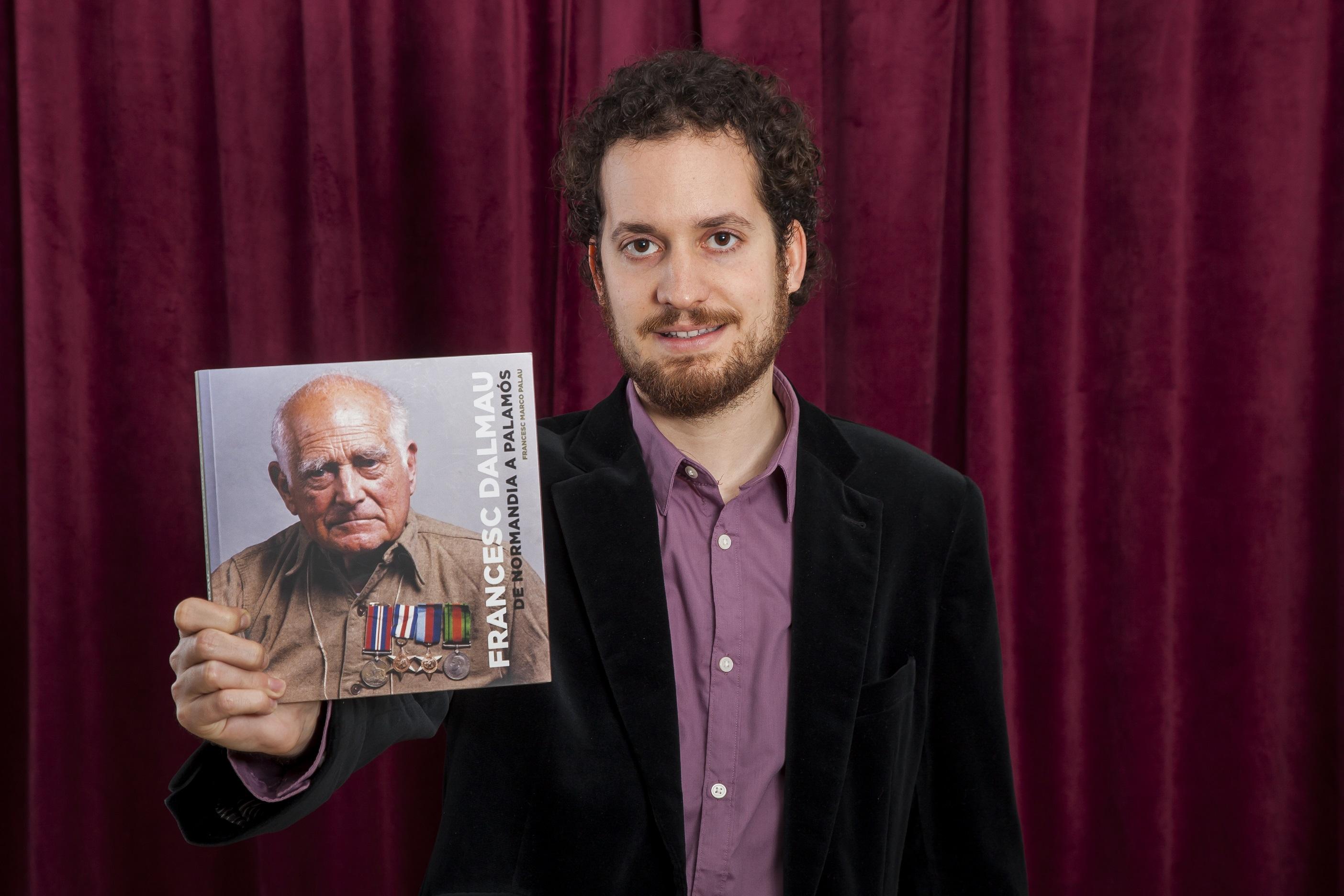 Francesc Marco Palau amb el llibre del doctor Dalmau
