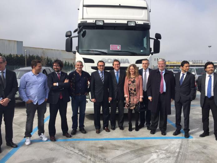 Imatge de família de les autoritats durant la inauguració del nou aparcament per a vehicles pesants