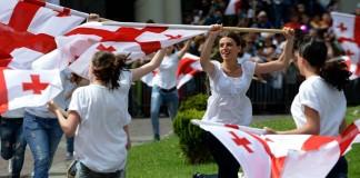 Celebracions durant el Dia de la Independència del 26 de maig de 2014. El 26 de maig de 1918 es creava la República Democràtica de Geòrgia. La bandera de les Cinc Creus Vermelles (en georgià: ხუთჯვრიანი დროშა) va ser adoptada el 2004.