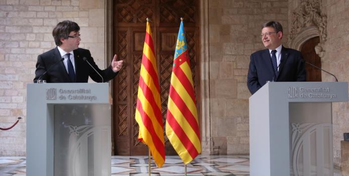 Roda de premsa de Carles Puigdemont i Ximo Puig a la Galeria Gòtica de Palau de la Generalitat de Catalunya (Fotografia: Jordi Bedmar)
