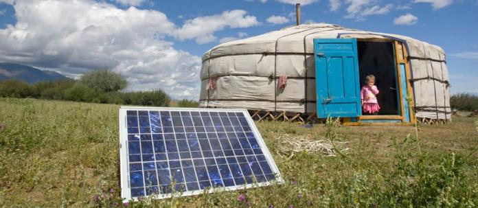 Una família de Tarialan, Agmaj d'Uvs, Mongòlia, usant un panell solar el 2009 per a generar energia per a la seva yurta, una tenda de campanya tradicional de Mongòlia (UN Photo/Eskinder Debebe)