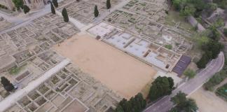 Vista aèria de la neàpolis d'Empúries, amb l'estoa i l'àgora rehabilitades i museïtzades (Fotografia: Fortià Arquitectes)