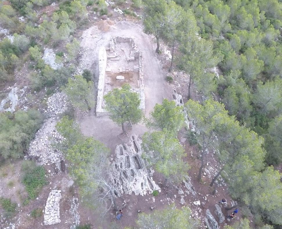 Vista aèria de Santa Maria d'Olèrdola; la necròpolis de tombes antropomorfes (Autor: A. Mestres)