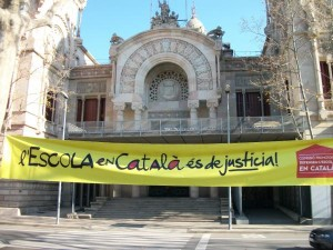 Pancarta per l'Escola en Català davant el TSJC