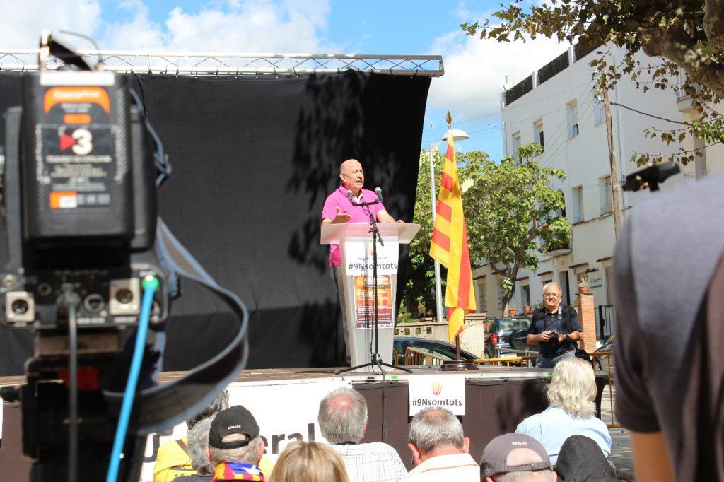 En Josep Guia llegint la crida a la via unilateral.