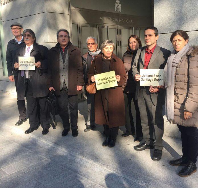 Santiago Espot amb representats d'entitats i partits independentistes davant l'Audència Nacional, el 7 de novembre del 2016