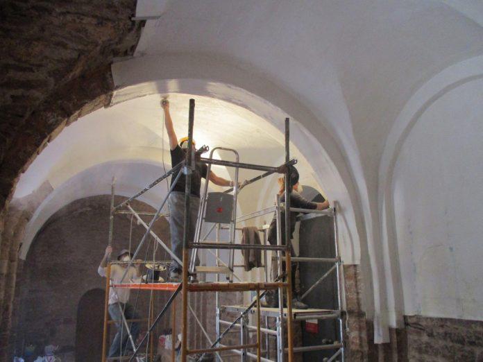 Obres d'instal·lació de la reproducció de les pintures murals de Cardona