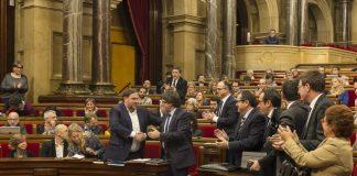 El president de la Generalitat, Carles Puigdemont, i el vicepresident, Oriol Junqueras, encaixen les mans després de la votació Parlament de Catalunya (Job Vermeulen). 2016