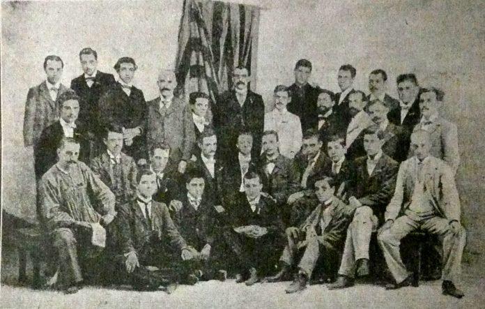 Fotografia de tots els detinguts l'11 de setembre de 1901 a Barcelona (el setè de la filera de dalt és en Josep Maria Folch i Torres)