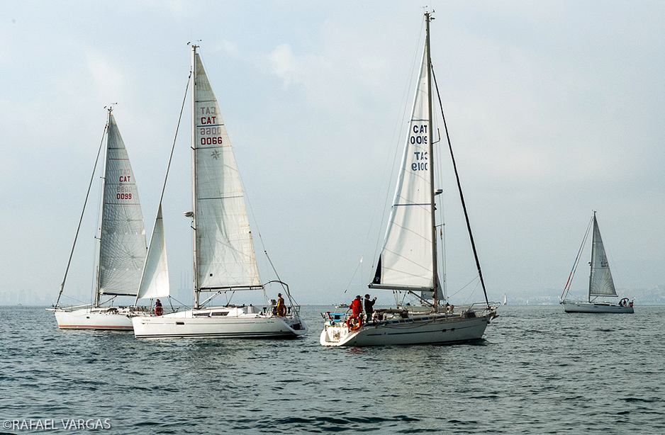 Vaixells amb distintiu CAT davant la costa del Maresme.
