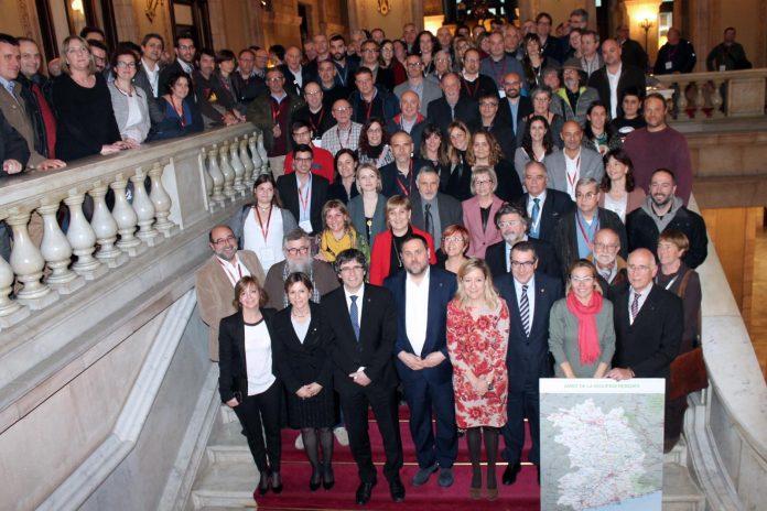 Alcaldes, regidors i veïns de la nova vegueria del Penedès amb els presidents Puigdemont i Forcadell, els consellers Junqueras, Jané i Borràs i diputats de la ponència a l'escalinata del palau | Parlament de Catalunya
