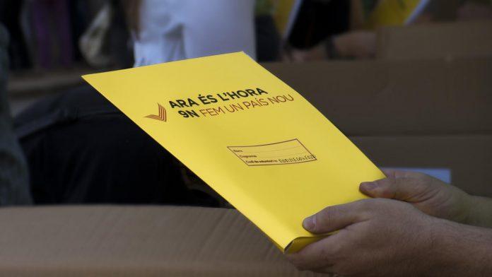 Carpeta que contenia el material que feien servir els voluntaris de la Gigaenquesta | ANC Mataró
