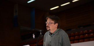 Xavier Domènec en la seva intervenció defensant la ponència | Un País en Comú