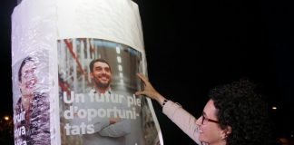 Marta Rovira en la penjada de cartells d'inici de la campanya aquest divendres després de l'acte del Pacte pel Referèndum | ERC