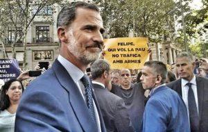 Una de les imatges de la manifestació. David Minoves, president del CIEMEN, mostrant una pancarta davant del rei Felip VI. Imatge de Sònia Pau (El Punt Avui)