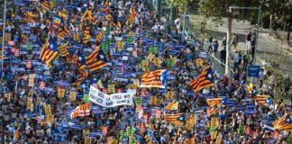 Imatge d'una de les capçaleres de la manifestació: Pau, solidaritat i convivència en la diversitat
