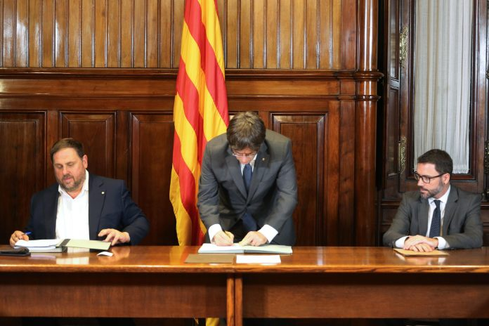 Moment de la signatura del decret de convocatòria del Referèndum de l'1 d'octubre per part del govern | Govern de Catalunya