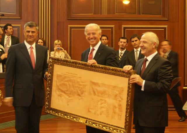 El President de Kosovo Hashim Thaçi i el vicepresident dels Estats Units, Joe Biden, amb la declaració d'independència de Kosovo | Oficina del 1r Ministre de Kosovo