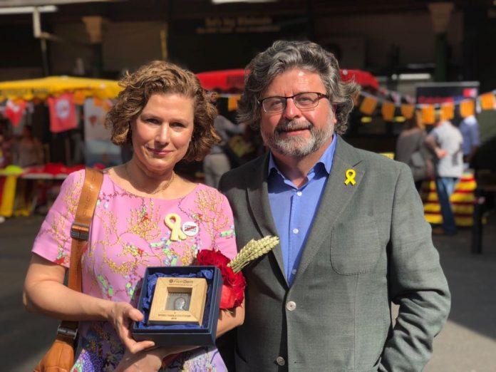 Antoni Castellà ha entregat la medalla Carrasco i Formiguera a Laia Gasch, filla de Muriel | Demòcrates de Catalunya
