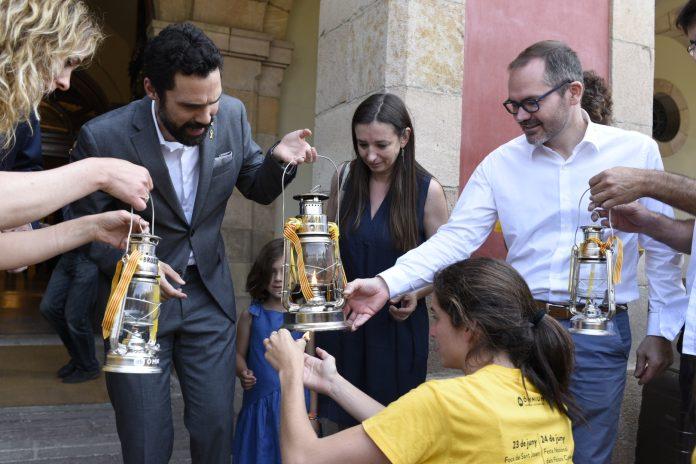 Marina Llansana, Roger Torrent i Josep Costa en l'arribada de la flama al Parlament de Catalunya | Òmnium Cultural