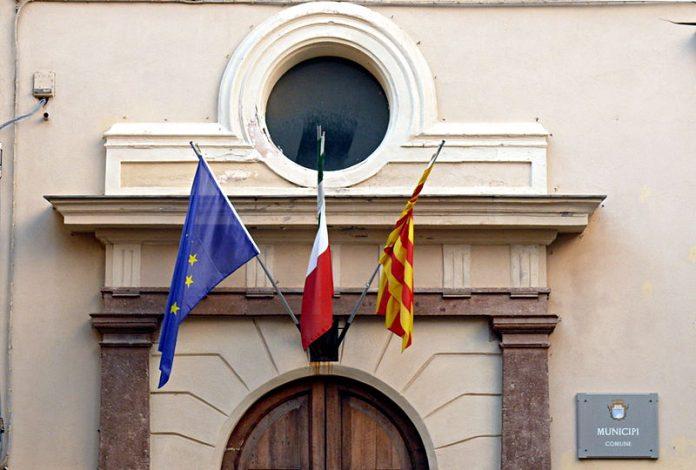 Actualment la senyera quadribarrada oneja a l'ajuntament alguerès juntament amb la bandera italiana i l'europea | Fotografia: Simone Zuffanelli