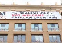 Pancarta contra el rei de Plaça Catalunya | Moltes Mercès
