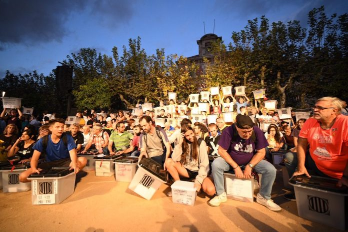 Moment de la plantada d'urnes a la Ciutadella